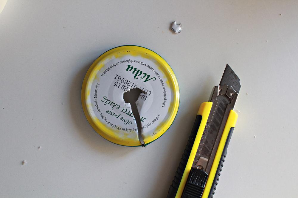 Φτιάξε ένα ανακυκλώσιμο φωτιστικό από ρολά χαρτιού κουζίνας & αλουμινόχαρτο 7.jpg