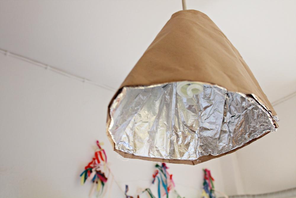 Φτιάξε ένα ανακυκλώσιμο φωτιστικό από ρολά χαρτιού κουζίνας & αλουμινόχαρτο 2.jpg