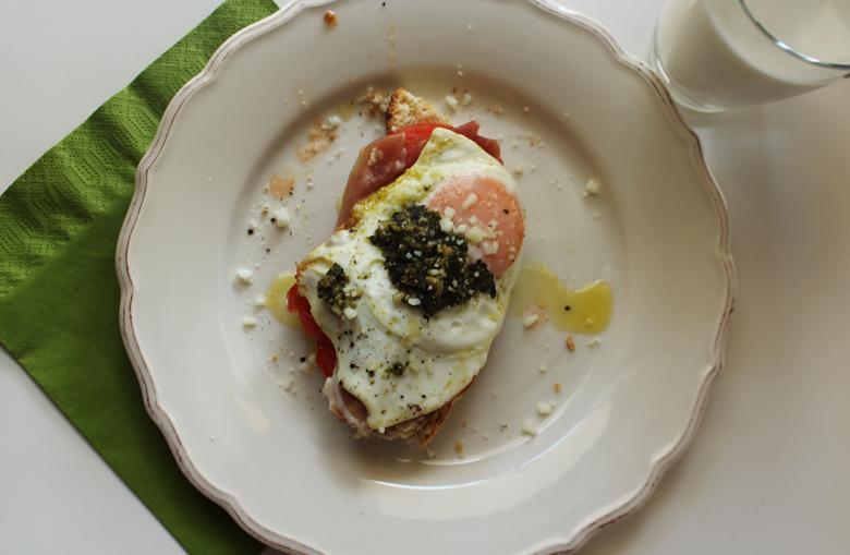 προσούτο, τηγανητό αυγό, ντομάτα και πέστο σαντουιτς
