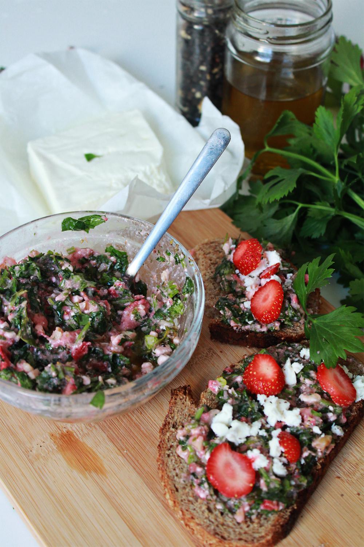Πέστο με μαϊντανό, φράουλες, φέτα και καρύδια (από το inwhirlofinspiration.com)