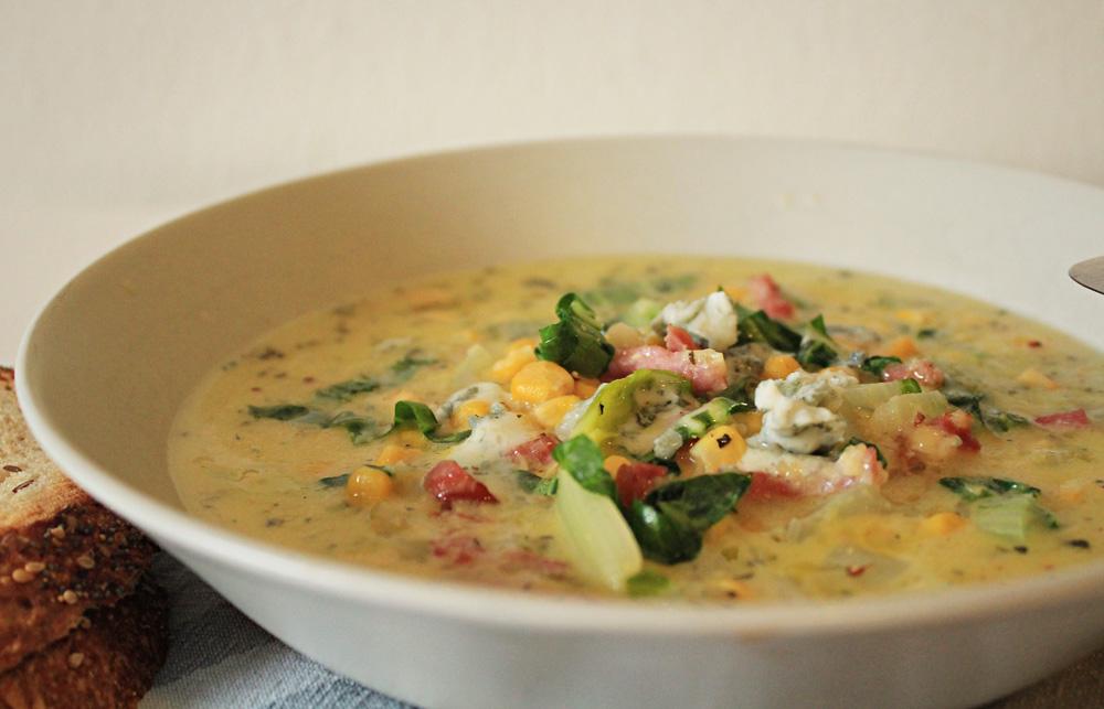 Απολαυστική σούπα με καλαμπόκι, πολέντα, σέσκουλα, μπέικον και γκοργκονζόλα | από το IN WHIRL OF INSPIRATION
