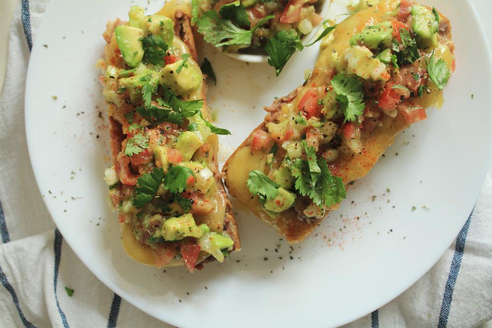 Molletes (μογιέτες): μπρουσκέτες αλα Μέξικο με λιωμένο τυρί, αβοκάντο, ντομάτα και μπόλικο κόλιανδρο | από το IN WHIRL OF INSPIRATION