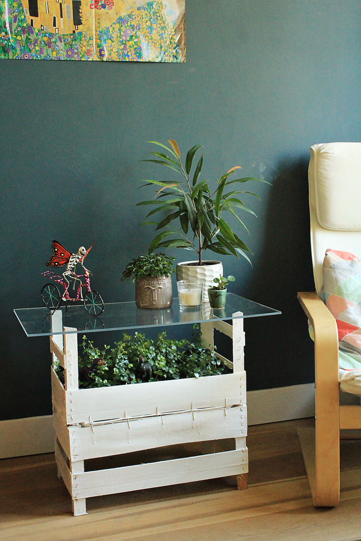 DIY για τραπεζάκι από ξύλινα τελάρα & πλέξιγκλας με εσωτερικό κήπο | από το IN WHIRL OF INSPIRATION