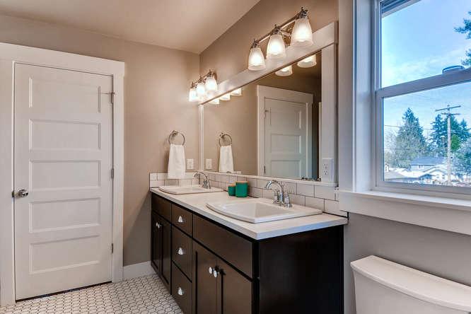 9578 N Burr Ave Portland OR-small-020-14-2nd Floor Bathroom-666x444-72dpi.jpg