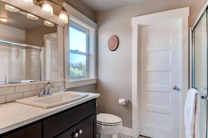9578 N Burr Ave Portland OR-small-021-10-2nd Floor Bathroom-666x444-72dpi.jpg