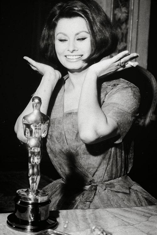 elle-09-oscars-dresses-sophia-loren-1962-v-xln.jpg