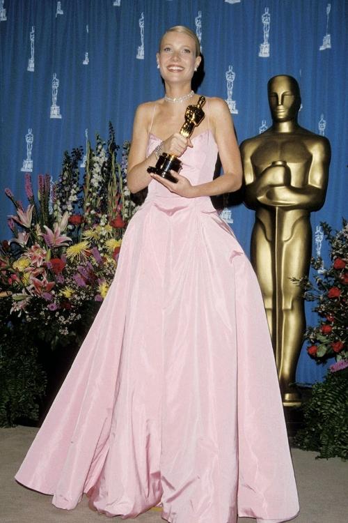 elle-34-oscars-dresses-gwyneth-paltrow-1999-v-xln.jpg