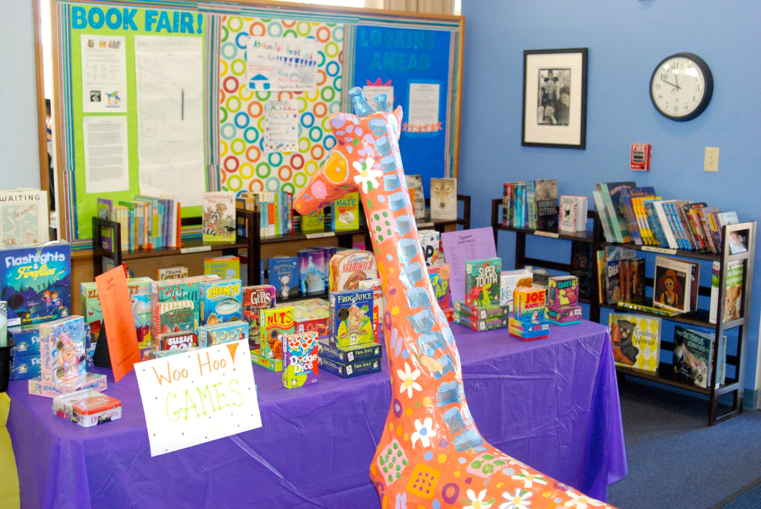 Giraffes love books