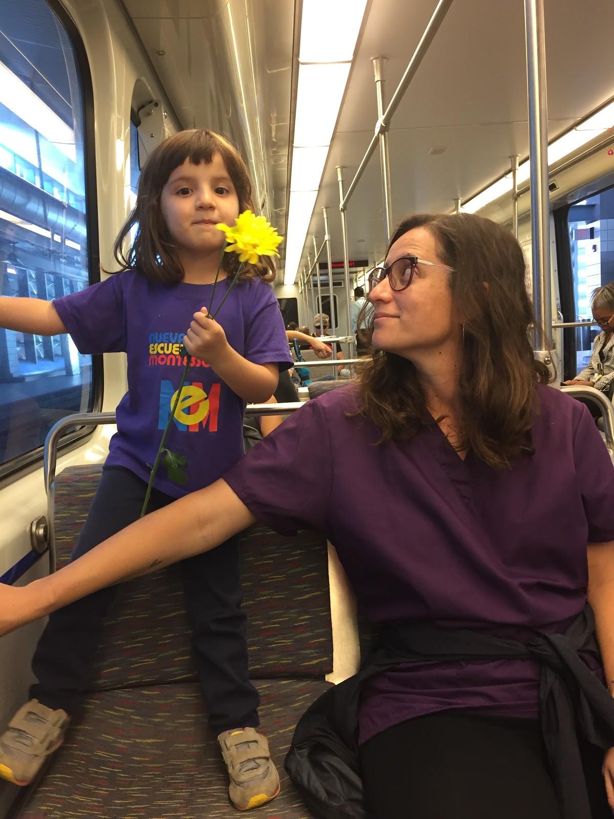 8 marzo 2017. #cuerpoyciudad #mujeresyciudad documentación en Tren Urbano, Puerto Rico on the way to #ParodeMujeresPR colaboradora Andrea Bauzá y su hija Elena. Por ellxs luchamos en el ahora.