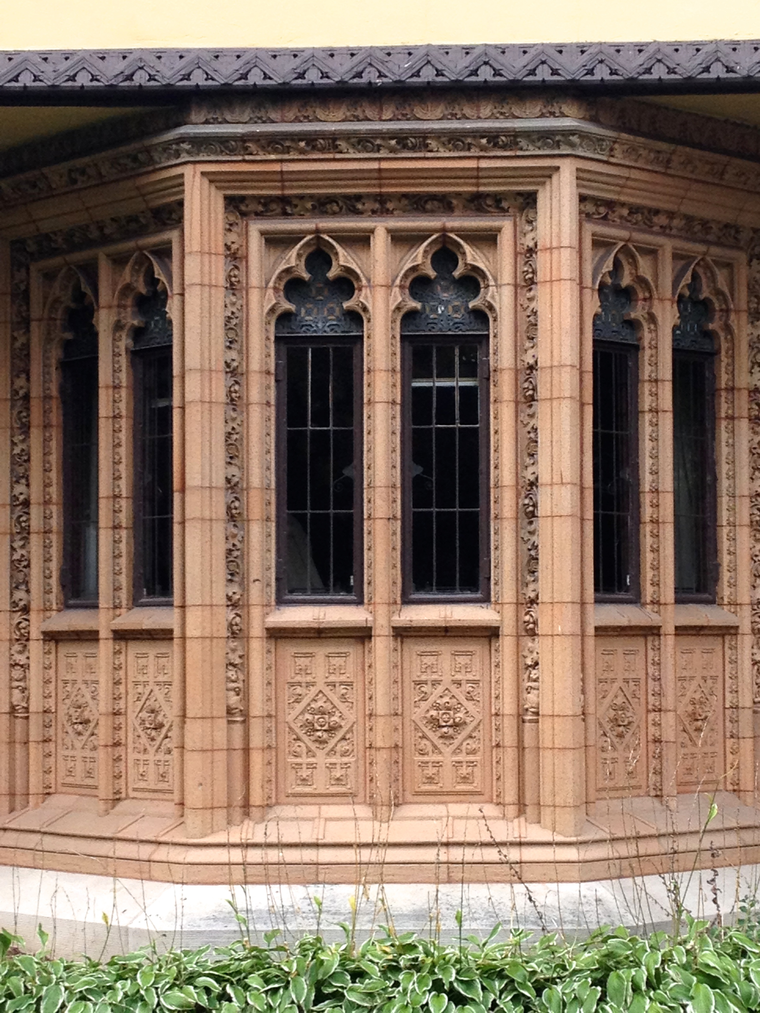 Never thought I'd see gothic arch windows on a Frank House. But he did it!