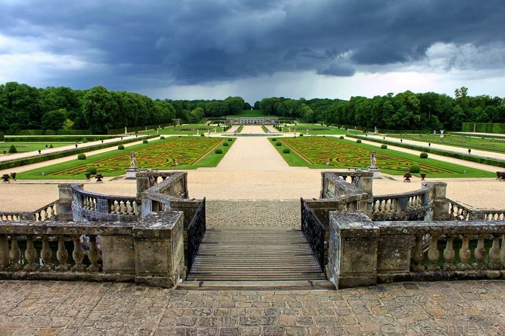 View from the château steps towards the statue of Hercules placed at vanishing point