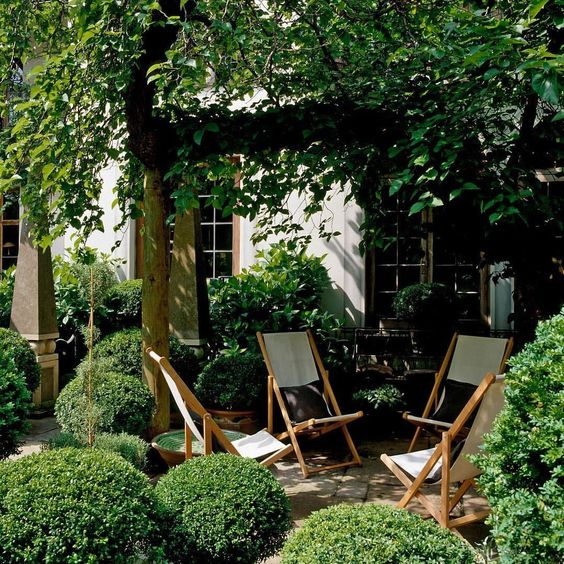 anoushka-hempel-luxury-courtyard-seating.jpg