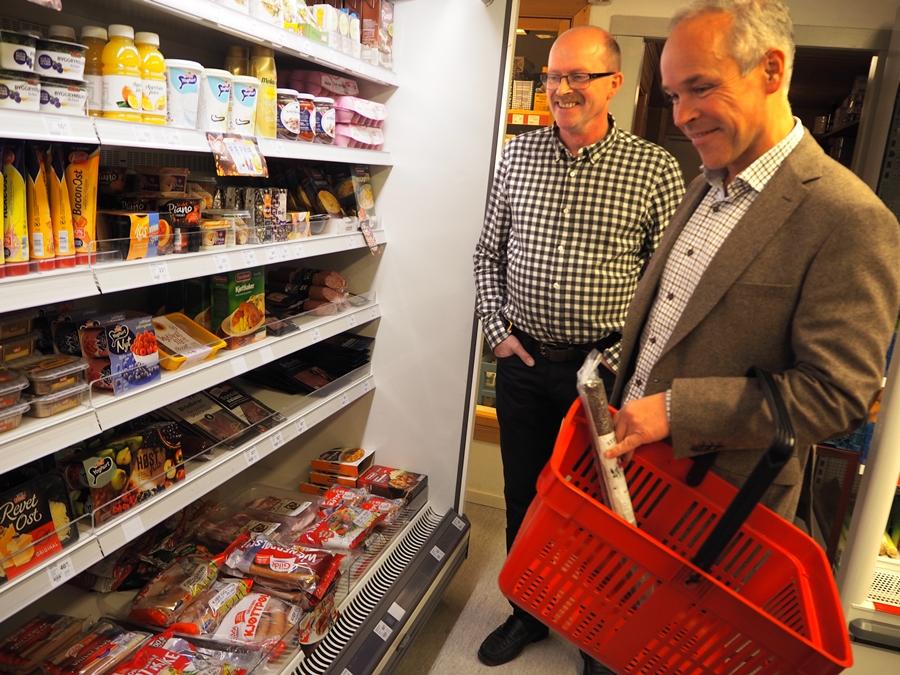 STATSRÅD-BESØK: Kommunal- og moderniseringsminister Jan Tore Sanner på besøk hos kjøpmann Roland Aagard som driv Kvelibua i Lierne i Nord-Trøndelag.