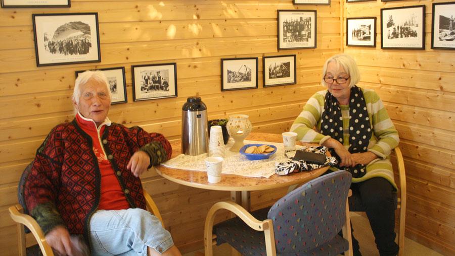 To kvinner ved kafebord