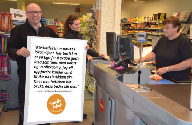 Mann i butikk med plakat