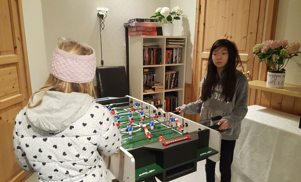 To jenter med fotballspel