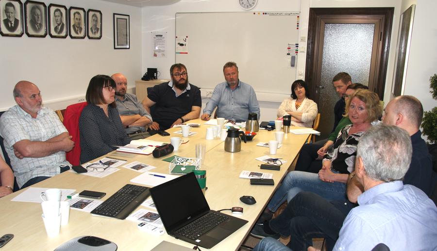 menn og kvinner ved møtebord