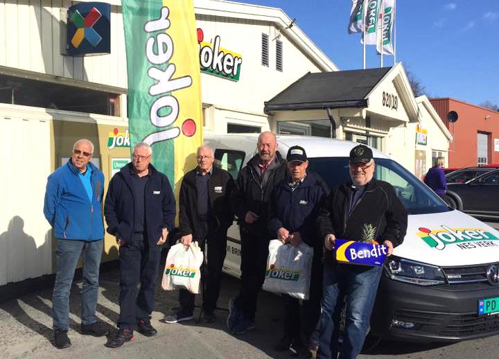 Seks menn ved varebil og butikk