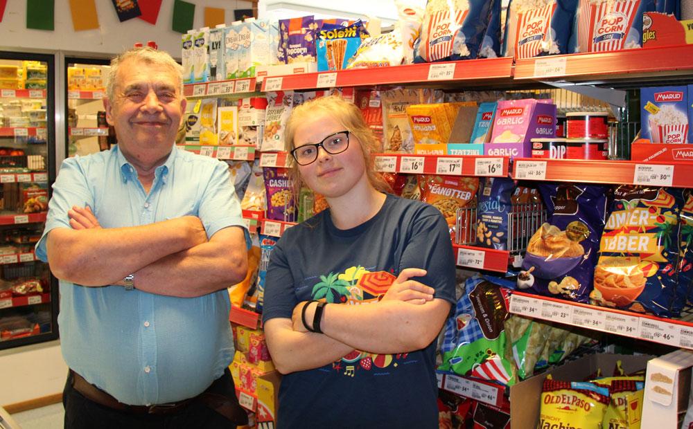 Mann og kvinne i butikk