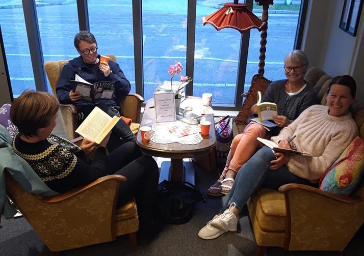 fire personar sit og les bøker