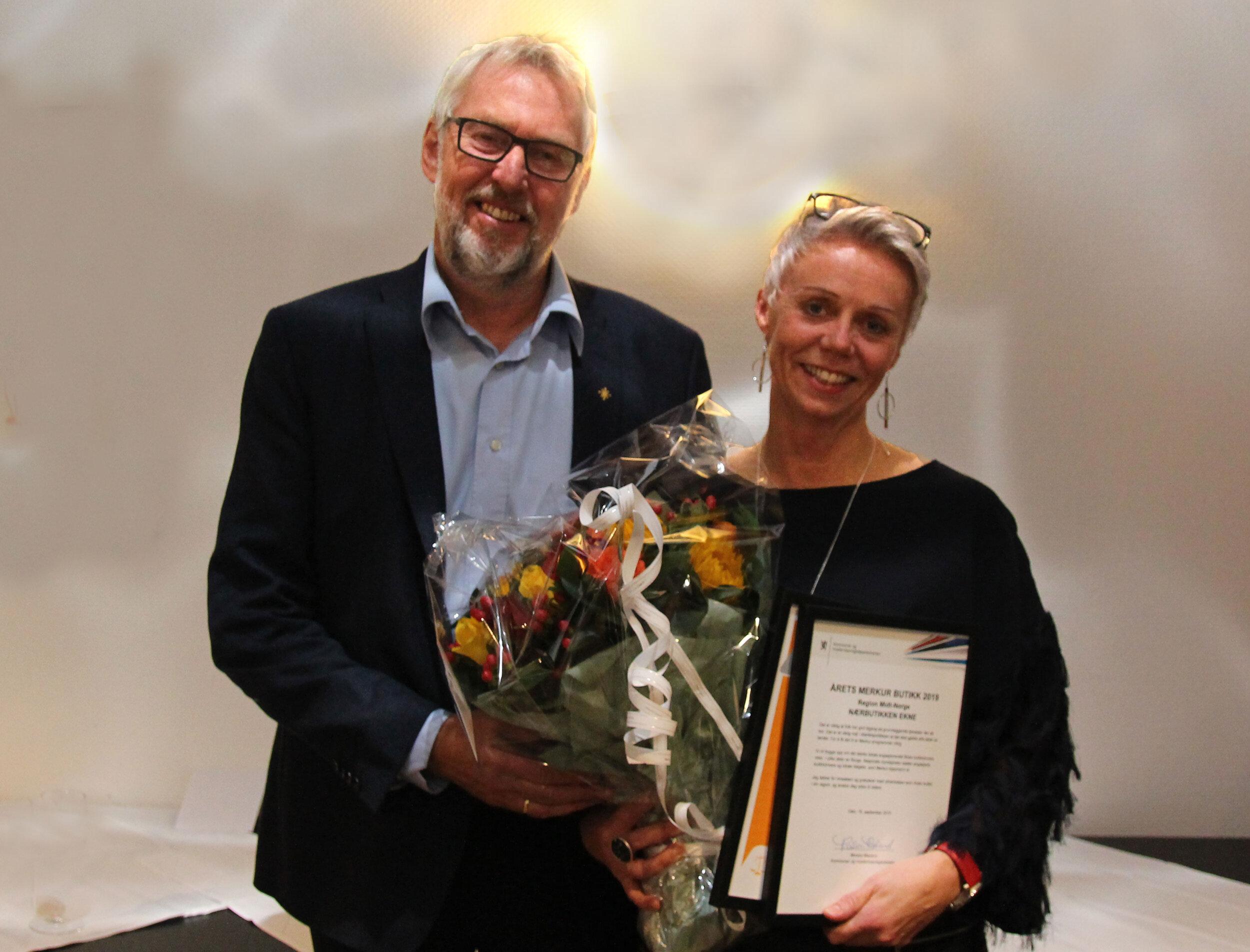 mann og kvinne med blomster