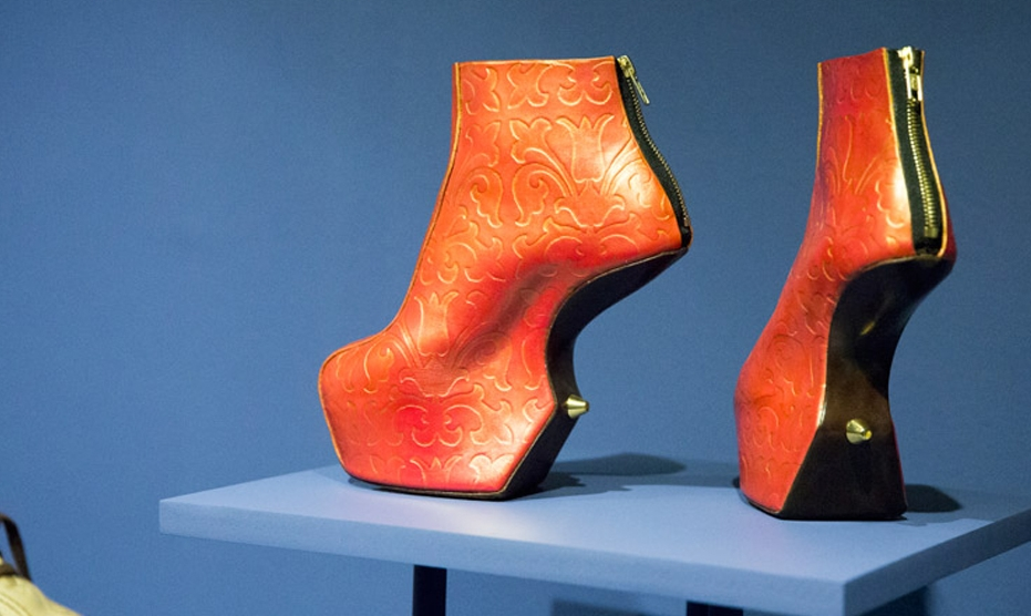 v-and-a-shoes-pleasure-and-pain-exhibition-dezeen-784-91_50x100.jpg