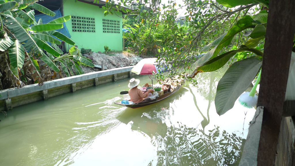 Heading to the floating market.