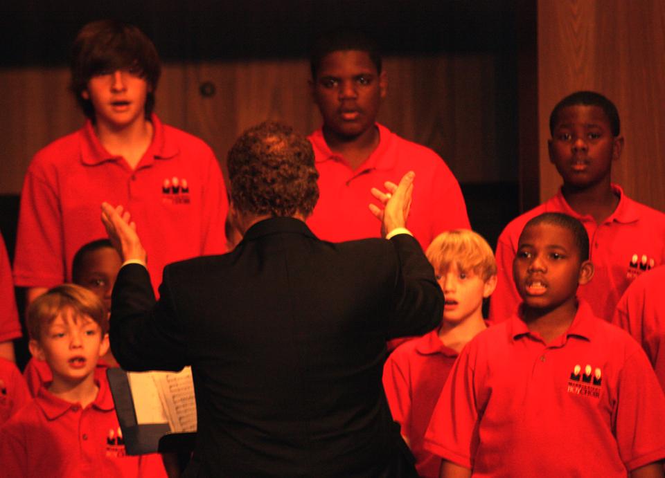 Boys_singing_Lelon_conducting_2.JPG