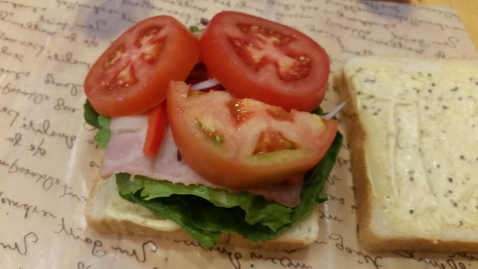샌드위치에 토마토를 보시면 아시겠지만 일반 프랜차이즈에서 파는 샌드위치를 생각하시면 안됩니다. 가격은 비슷하지만 맛과 영양이 다르지요. ^-^