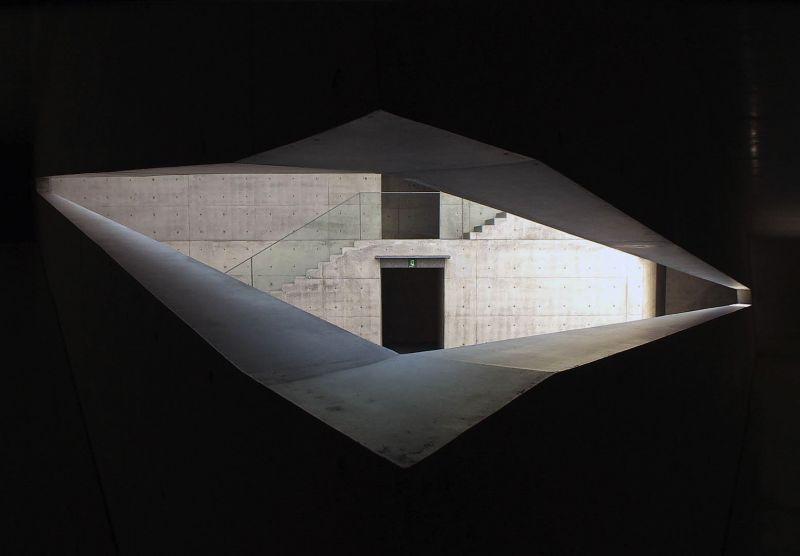 TADAO ANDO, l'architecte du vide et de l'infini    Filmé à Osaka et en Italie, où il est une star, le maître du minimalisme commente les bâtiments qu'il a conçus.  Sa Maison invisible bâtie à Trévise pour la famille Benetton, l'Église de la lumière à Osaka ou le musée Punta della Dogana à Venise répondent à un même impératif : créer pour l'être humain un espace vital pour son bien-être.    Un film de Mathias Frick