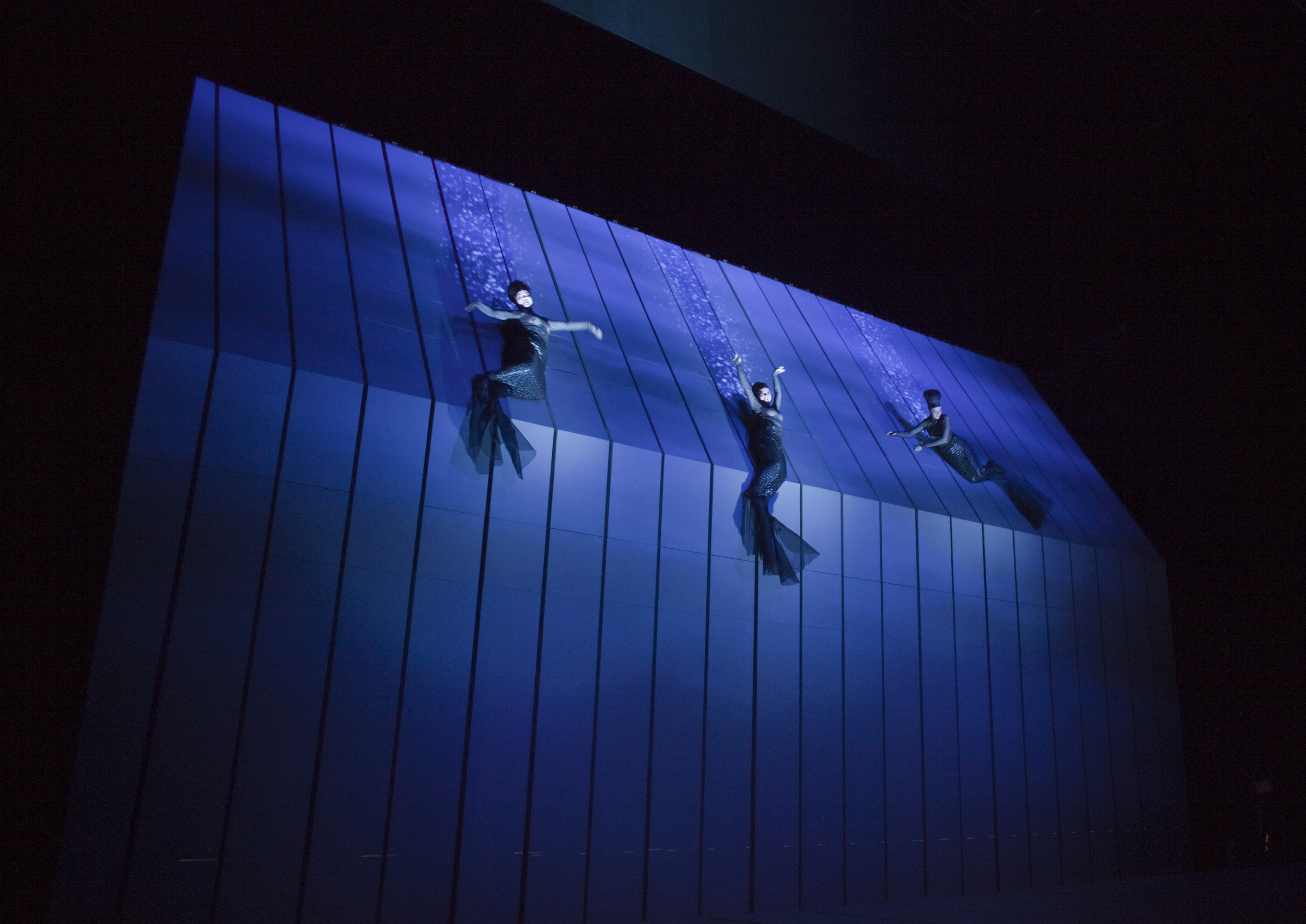 The Rheinmaidens (Jennifer Johnson, Lisette Oropesa, et Tamara Mumford) dans une scèce ne la production de Robert Lepage's de l'opéra de Wagner, Das Rheingold. Photo: Ken Howard/Metropolitan Opera, New York, Septembre 2010