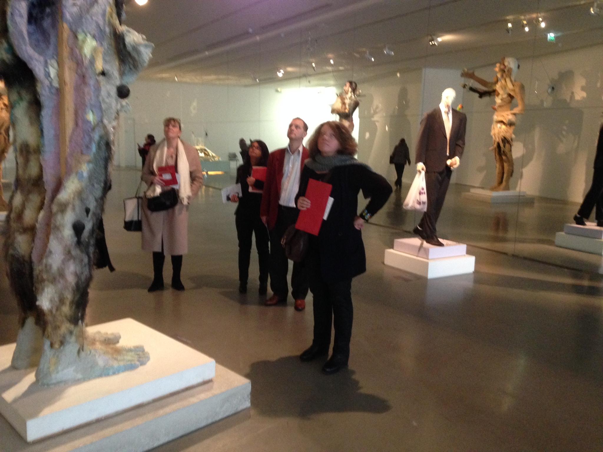 Michelle Stien, Nathalie POirier, Jean-Paul Belud et Sylvie Dumas en réflexion lors de la visite de l'exposition FLUX au MAM