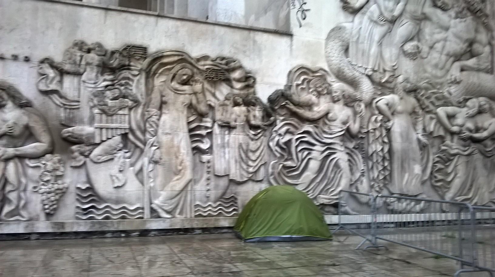 Photographie : nathalie poirier Bas-relief du sculpteur francais, alfred janniot, musée d'art moderne de la ville de paris