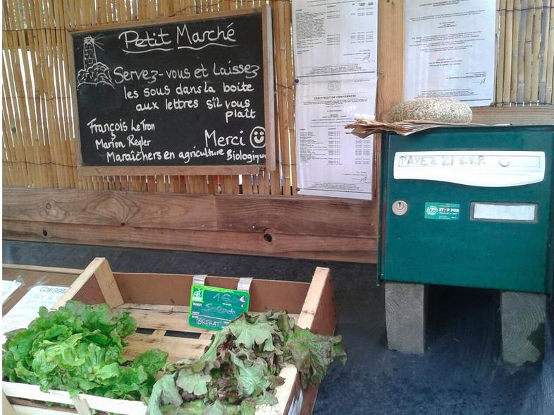 PHOTO : CORINNE VERMILLARD Petite halte au self market de tres grande proximité ...en direct de brehat...