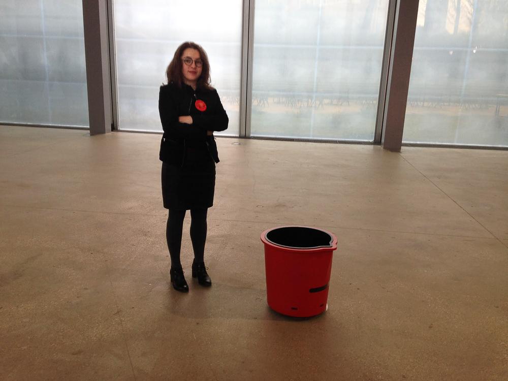 La médiatrice de l'expostion  Musings on a Glass Box (Ballade pour une boîte de verre)  de diller Scofido + renfro à la Fondation Cartier à Paris.
