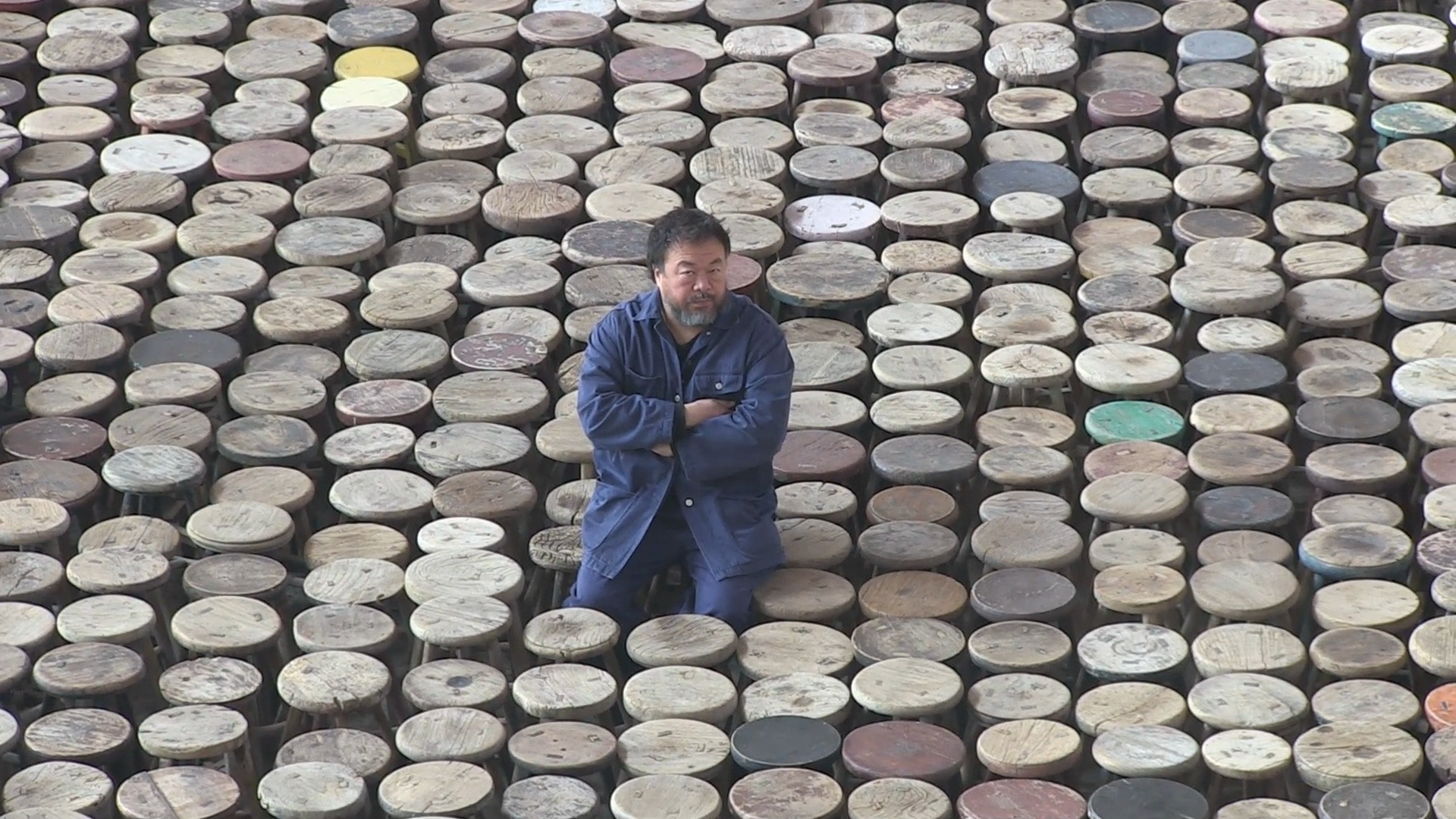 L'installation d'Ai Weiwei est composée de 6000 tabourets. Le dernier objet symbolisant la mémoire vive des Chinois, de ce qu'ils ont perdu, de ce qu'ils ont gagné, de ce qu'ils ont oublié, de ce qu'ils se souviennent.