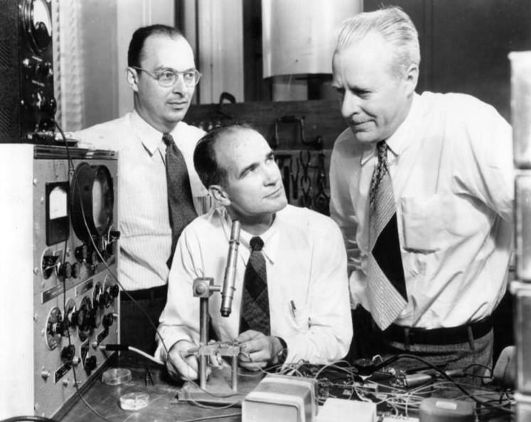 Nous attribuons généralement l'invention du premier transistor à Walter Brattain, John Bardeen et William Shcokley.
