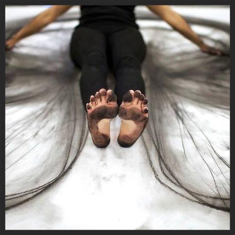 Dessin : Fusains sur papier. Performance d'une artiste inconnue. Dessiner pour mieux penser par Sylvie Gendreau