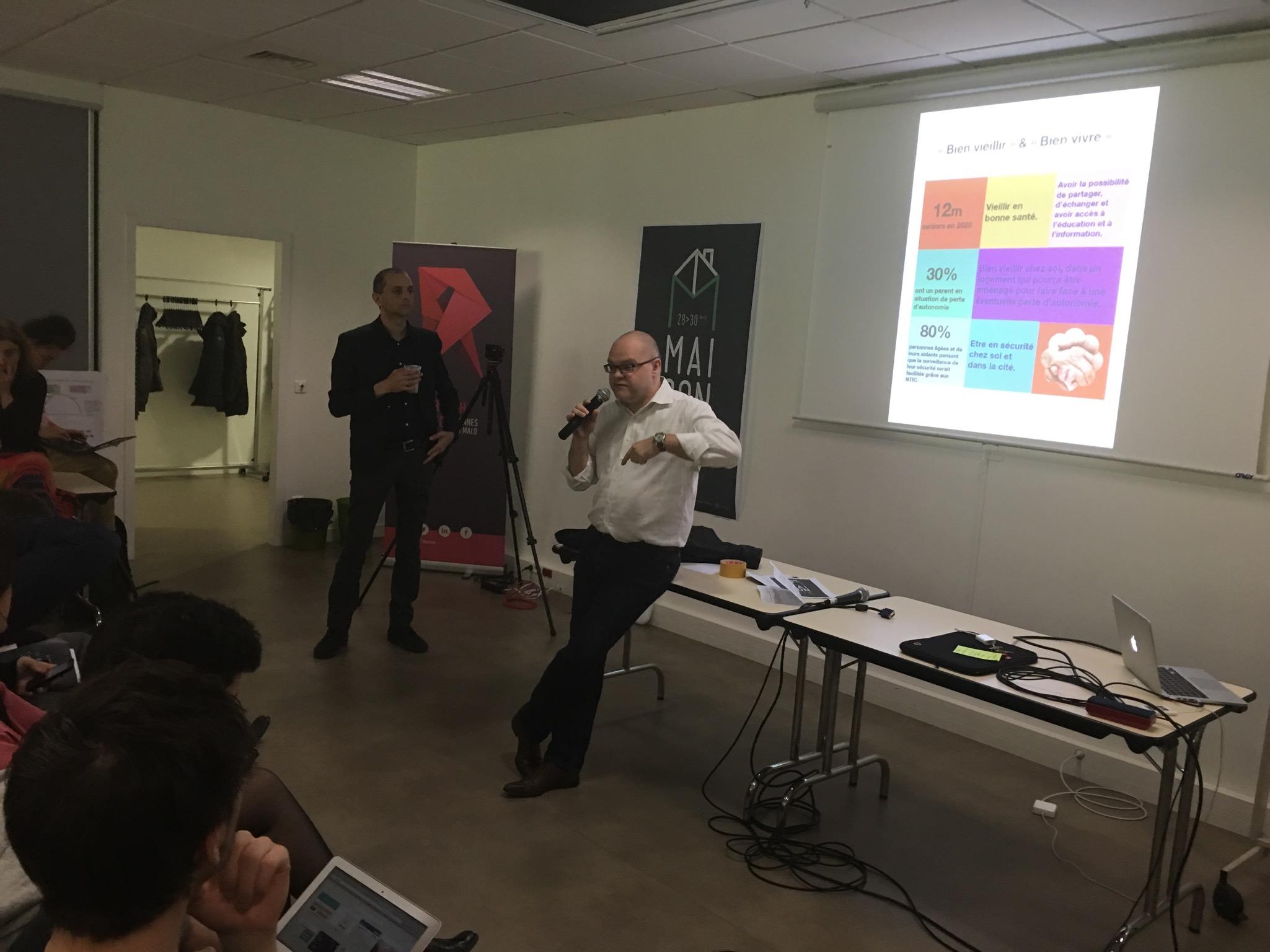 Yannick Provost présente, chiffres à l'appui, la pauvretéd'un nombre important de personnes âgées. Les participants prennent des notes ! La précarité, un véritable enjeu.