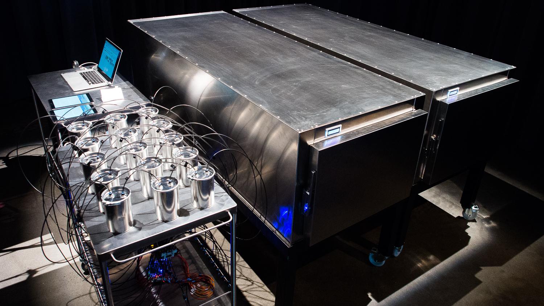 L'impressionnante installation  Famous Deaths  :Deux caissons côte à côte, des capteurs et un ordinateur.
