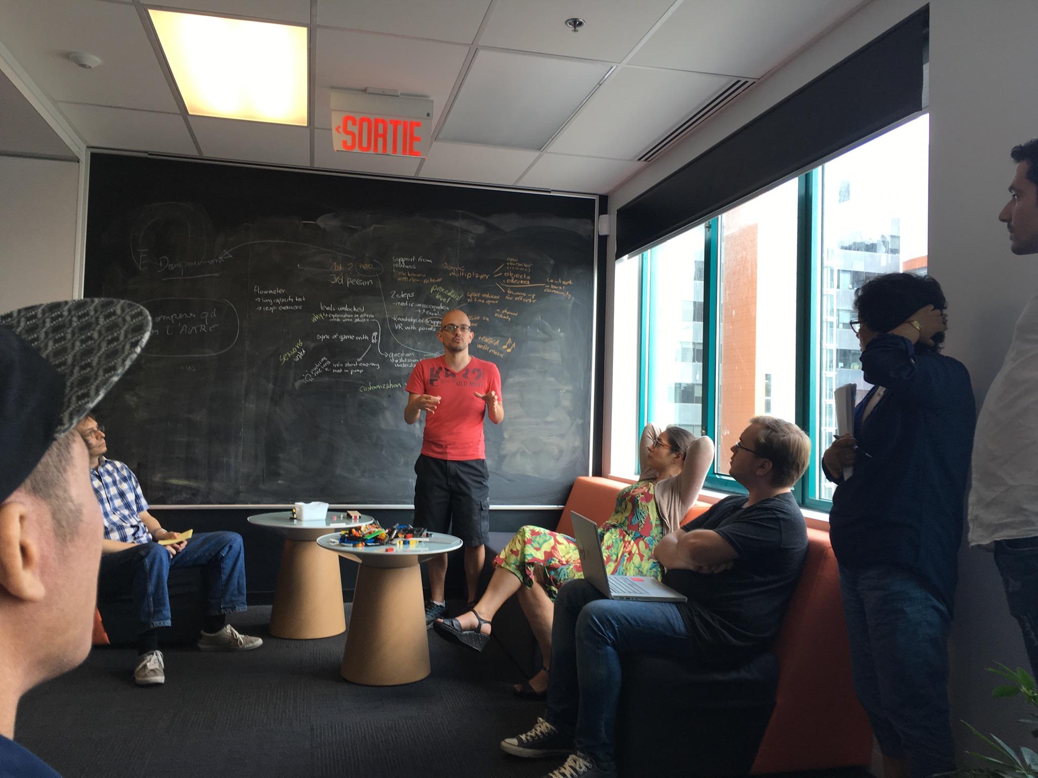 Fabio Balli, le co-organisateur,résume les idées des participants.