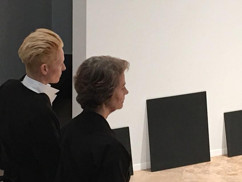 Tilda Swinton et Charlotte Rampling dans  Sur-exposition , une performance co-imaginée par l'historien et performeur reconnu, directeur du Palais Galleria,Olivier Saillard,Festival d'automne à Paris 2016 au Musée d'Art Moderne de la Ville de Paris.