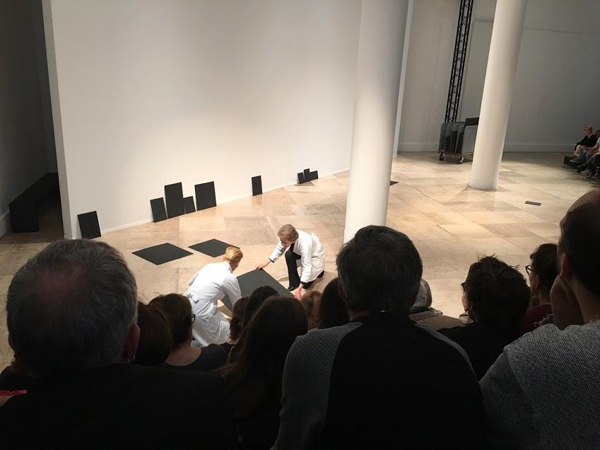 Tilda Swinton et Charlotte Rampling dans  Sur-exposition , une performance co-imaginée par l'historien et performeur reconnu, directeur du Palais Galleria,Olivier Saillard,Festival d'automne 2016 au Musée d'Art Moderne de la Ville de Paris.