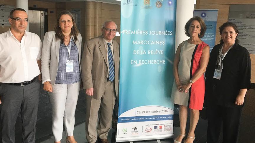 Les organisateurs-partenaires (tous des scientifiques)en compagnie du président du jury. De gauche à droite :M.Aziz Bensalah, Mme Salma Dinia  , le président du jury, le professeur Rachid Yazami, Mme   Rajaâ Cherkaoui El Moursli et Mme Oumnia Himmi