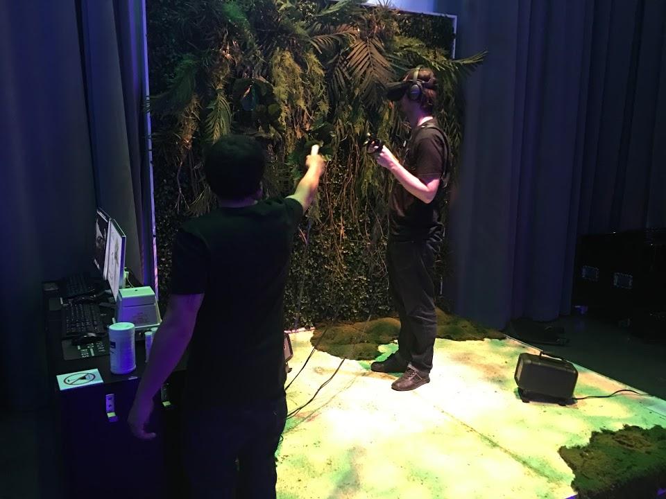 Tree, une expérience qui exige que les médiateurs soient concentrés autant que le participant pour ajouter l'odeur ou la chaleur au bon moment.