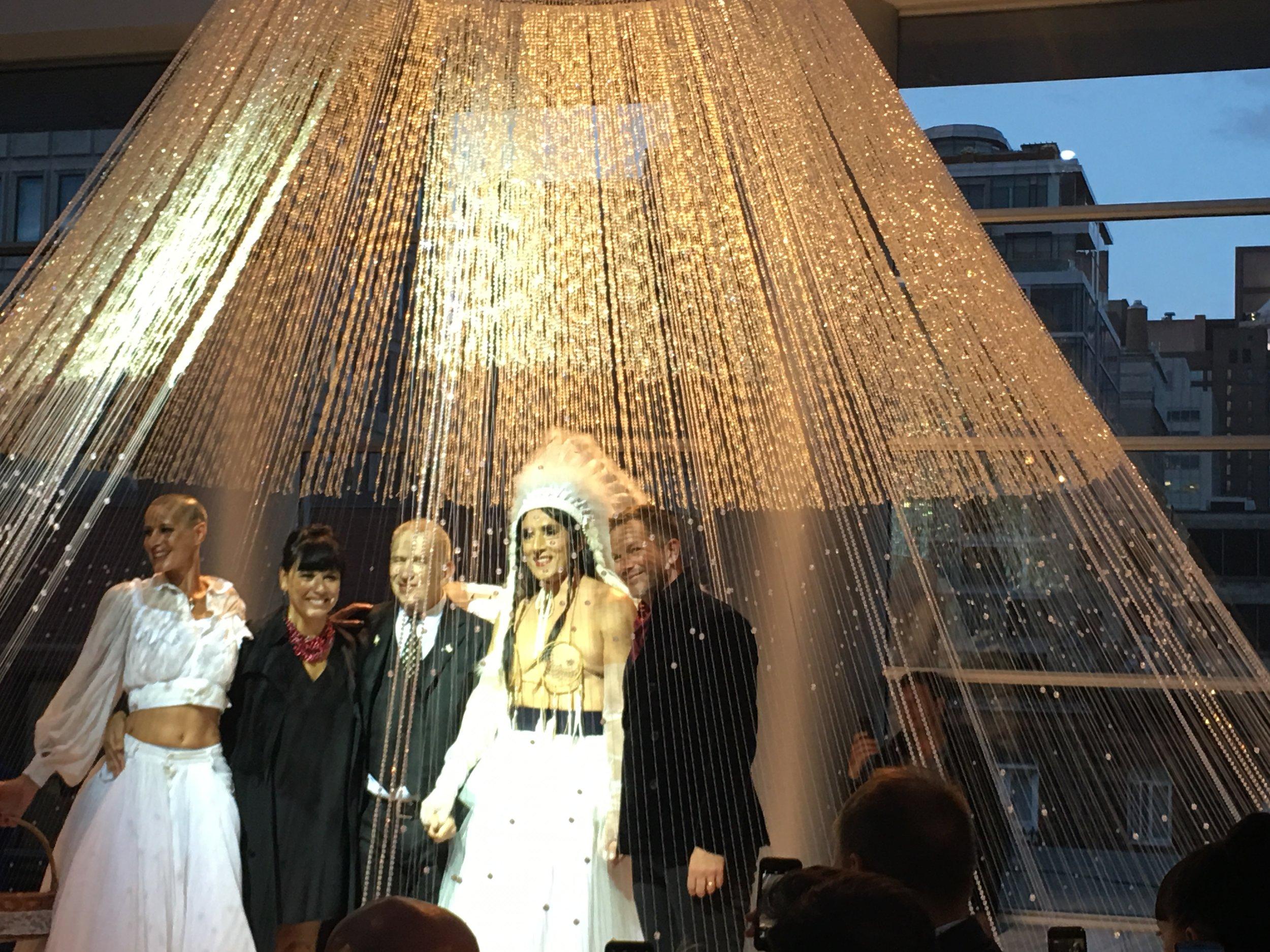 Ève Salvail, Nathalie Bondil, Jean-Paul Gaultier, Ken Monkman et celui qui a scellé l'union créative des deux créateurs pour cette soirée étonnante.