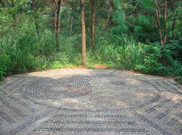 Le Yi Jing est souvent représenté par le Taijitu entouré des huit trigrammes (dans un parc de Nanning, province de Guangxi) Pratyeka Wikipedia , CC BY-SA