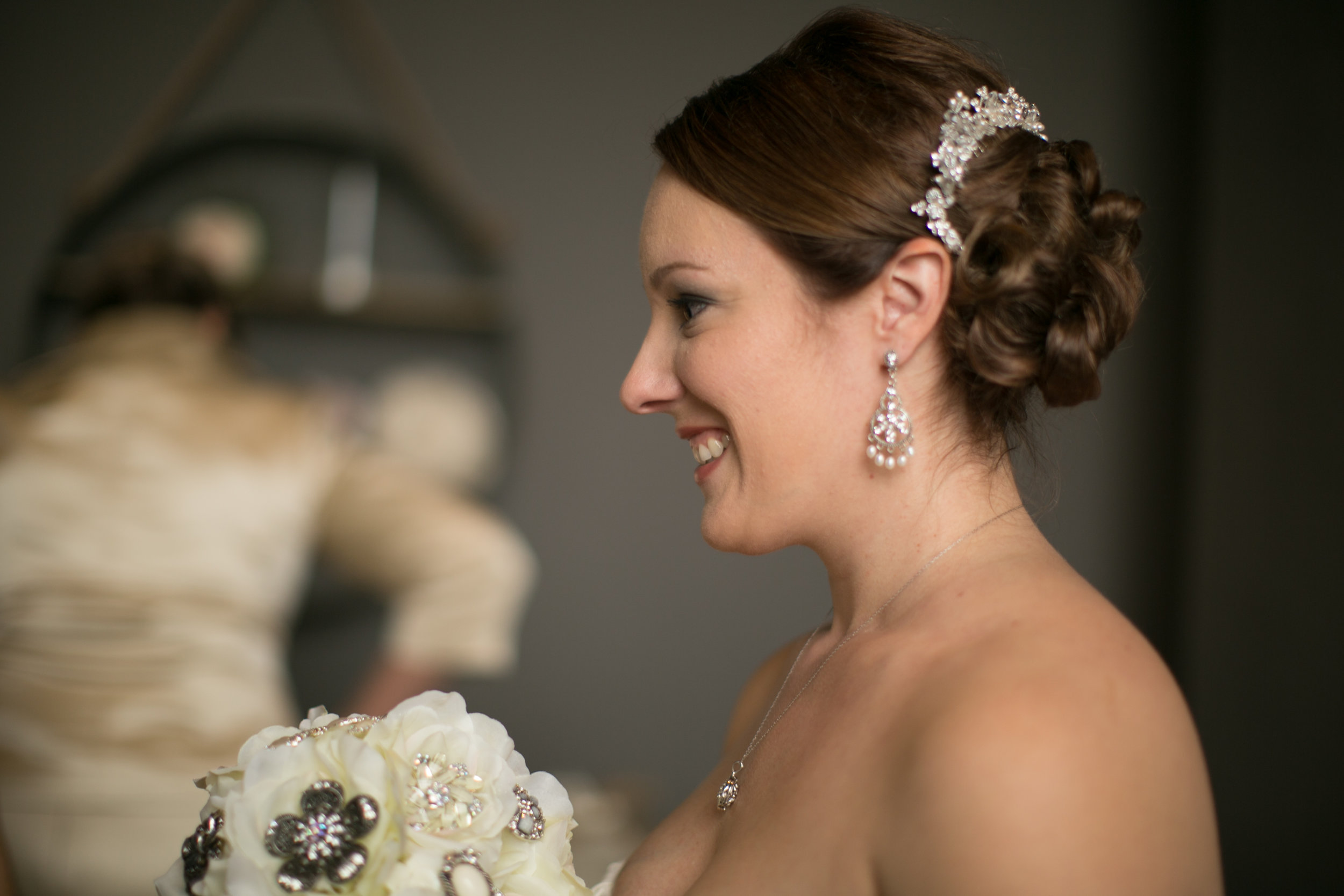 Sarah completed her look with chandelier earrings & a flashy hairpiece!
