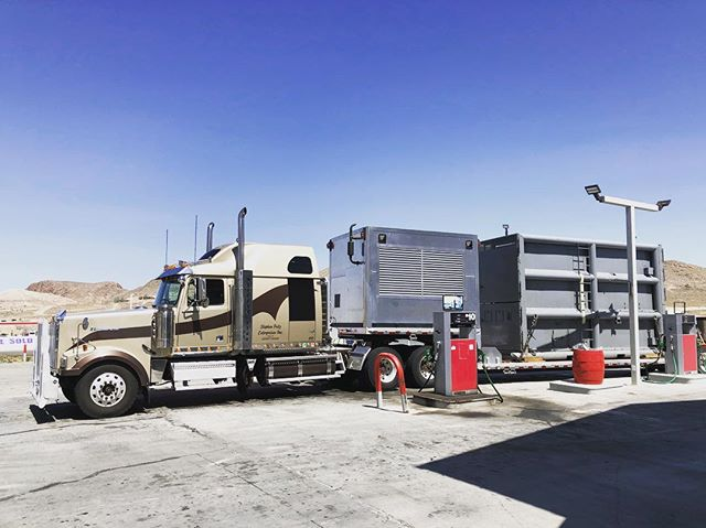 Pretty cool to meet this rig and trucker in Tonopah, Nevada. He had already delivered a new Elephant to the Portland Zoo, from the Albuquerque Zoo. What are he odds we would strike up a convo and learn this !?!? #nevada #tonopahnevada #truckers #portlandzoo #desert