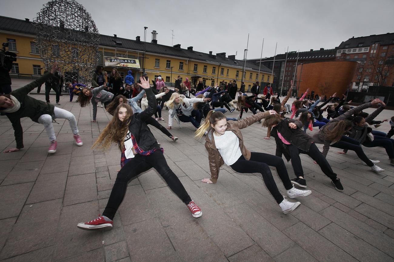 Flashmob Oma Juttu-breaktanssityöpajoihin osallistuneiden nuorten kanssa Narinkkatorilla 14.4.2014. Mahtava fiilis! Kuvat: Raisa Ranta